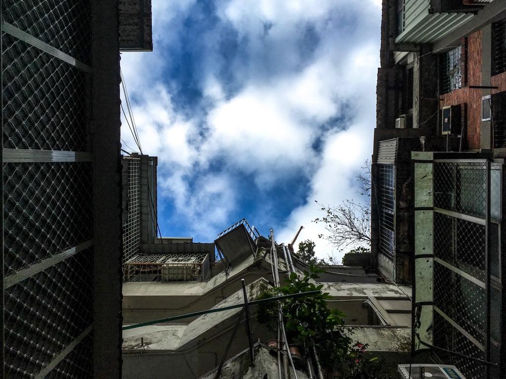 南機場公寓三期の1階中央部から見上げた空