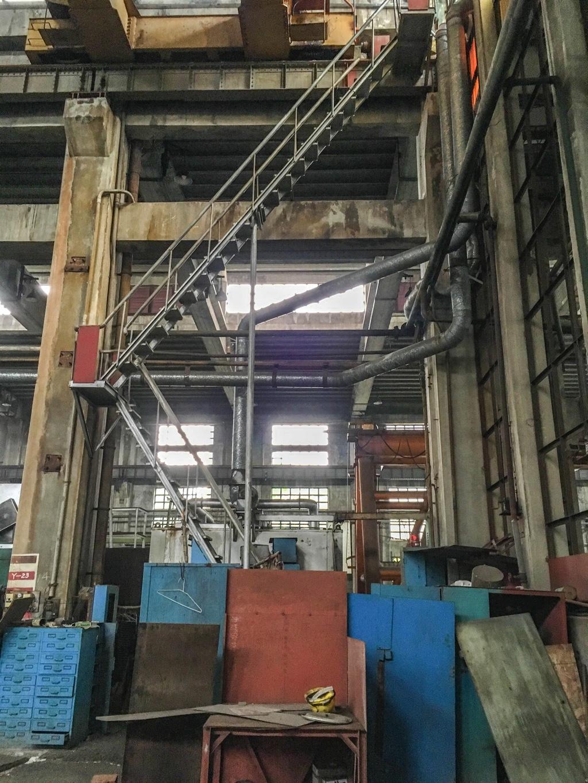 ディーゼル機関車工場内部の階段