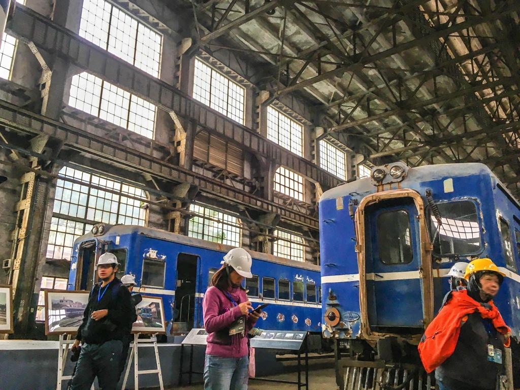 台北鉄道工場の組立工場に並んだディーゼルカー