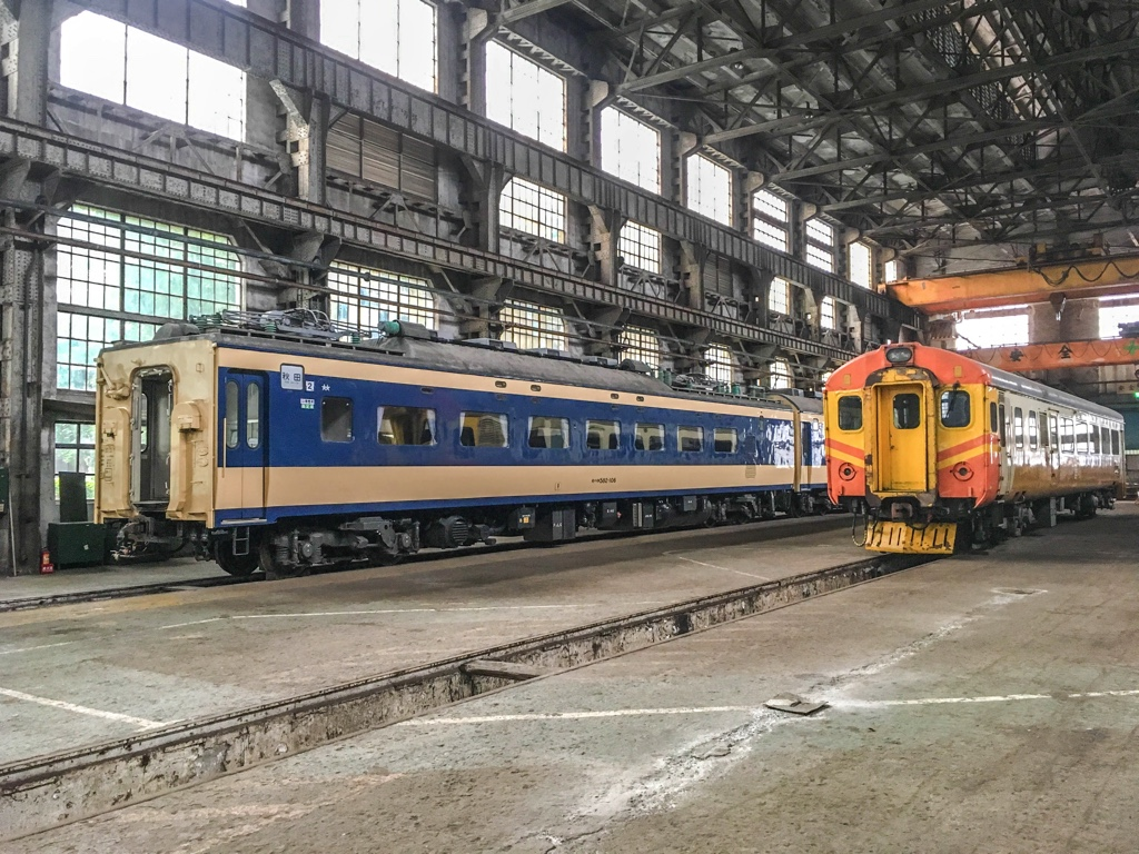 台北鉄道工場の組立工場にある583系寝台電車とEMU100型電車