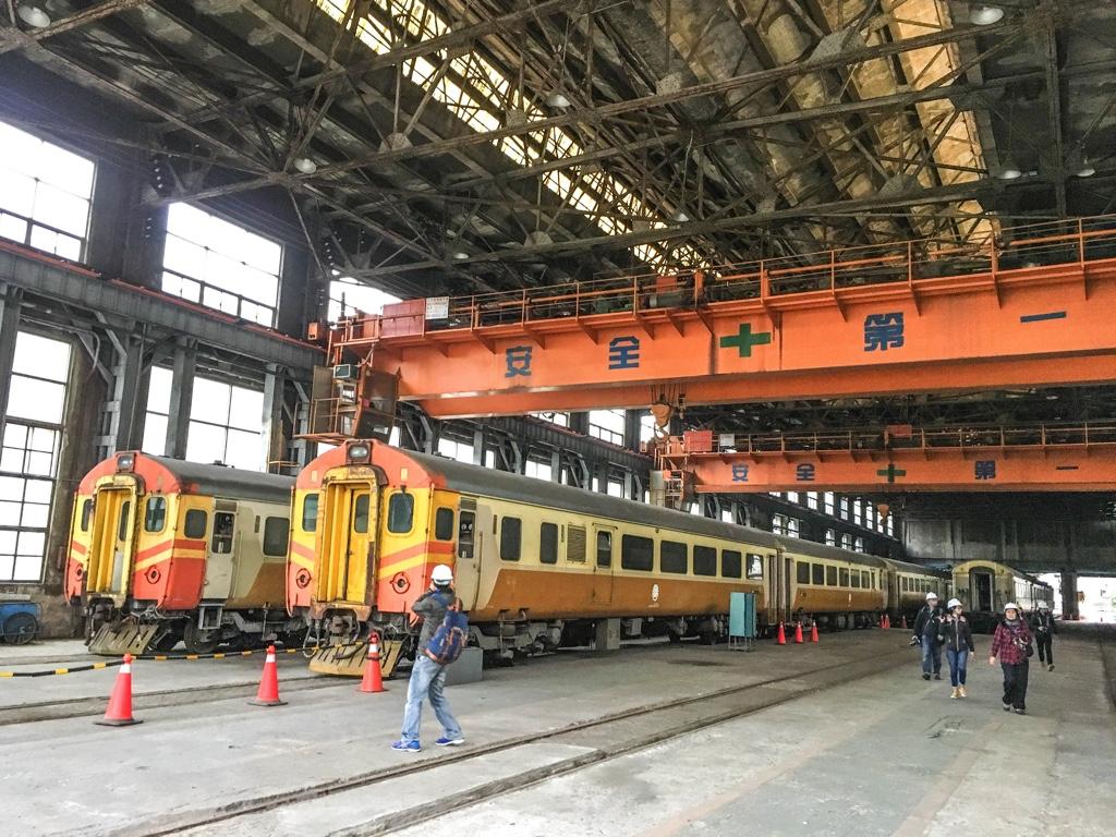 台北鉄道工場の客車工場を写真に収める人々