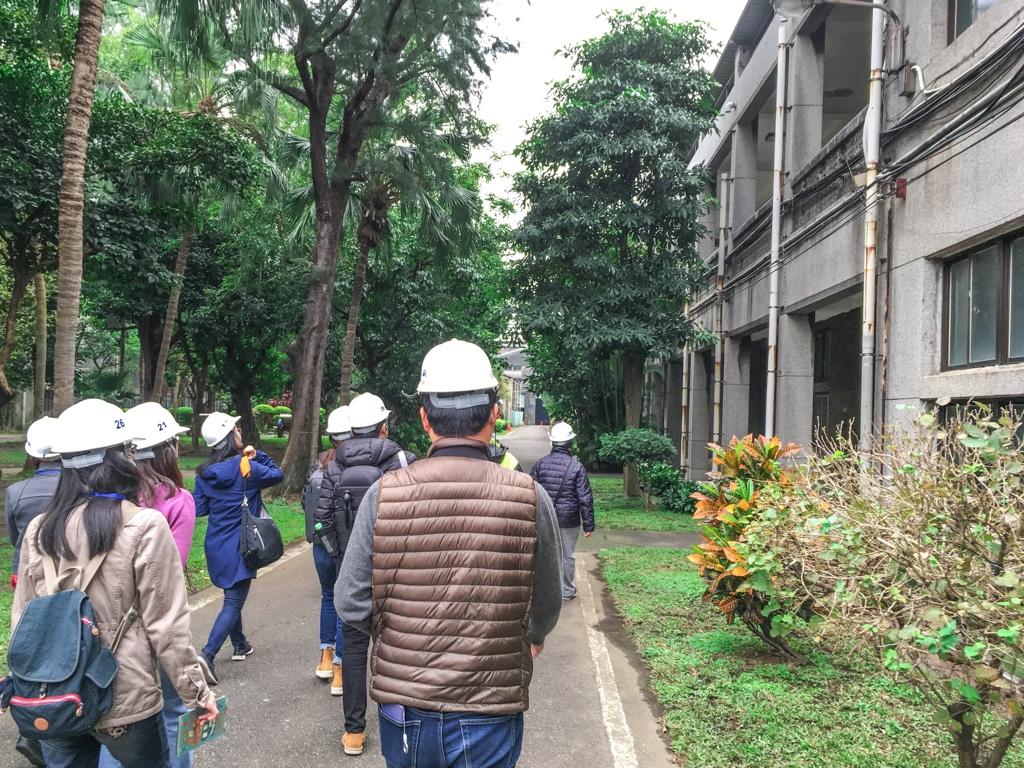 臺北機廠鐵道博物館園區ガイドツアーに参加している人々