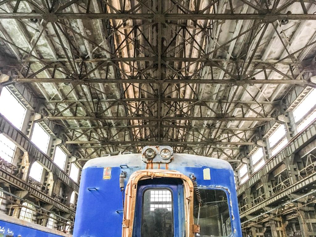 台北鉄道工場の組立工場の天井とディーゼルカー