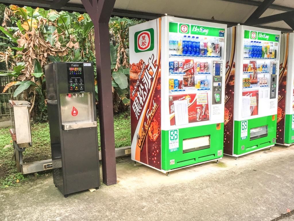 自動販売機と無料ウォーターサーバー