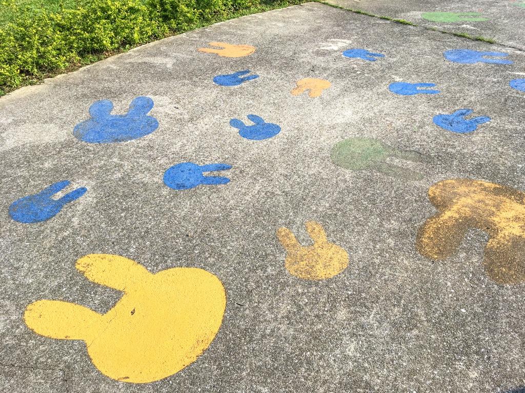 ミッフィーのシルエットが描かれた地面