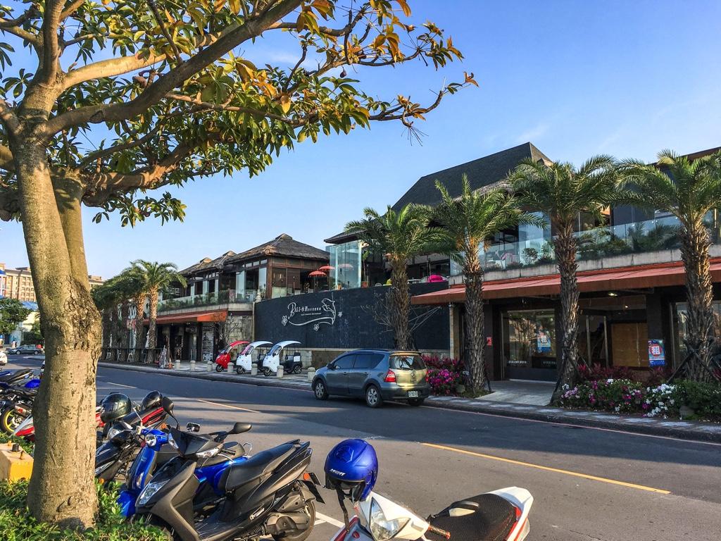浜辺沿いに並ぶカフェやレストラン