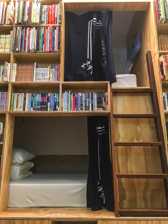 本棚の間のベッドスペース