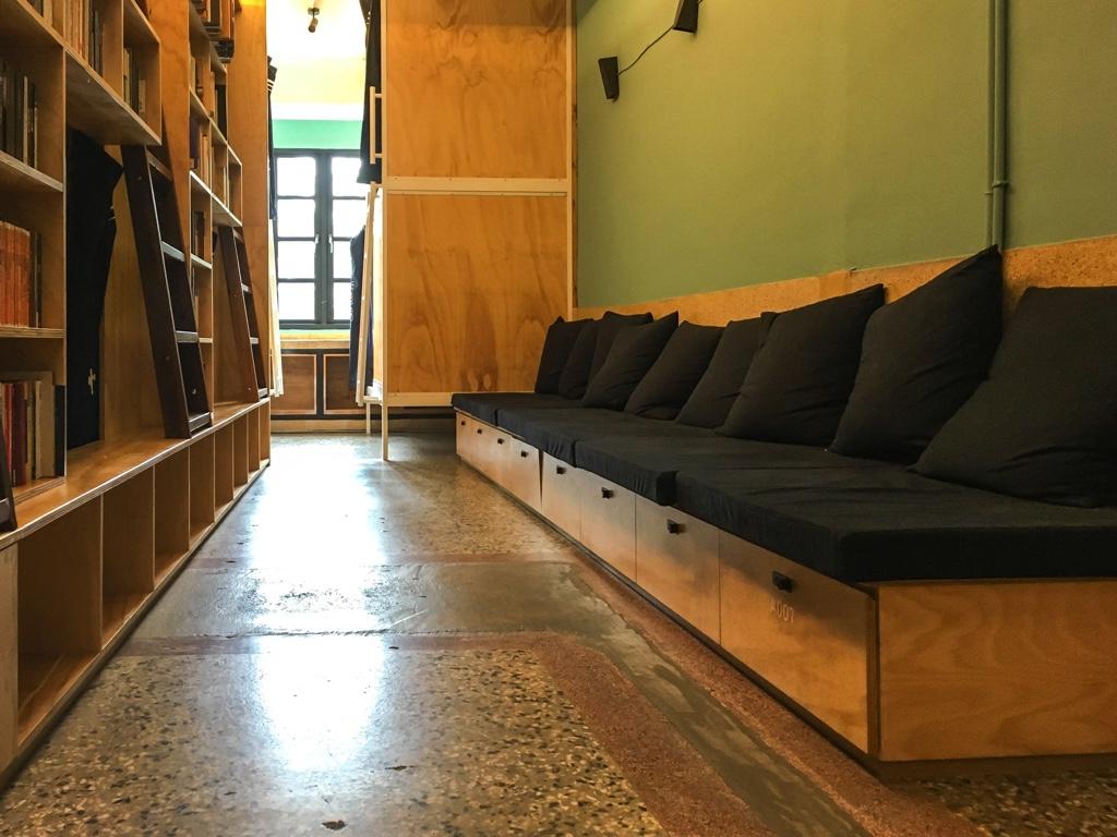 本棚前のソファ