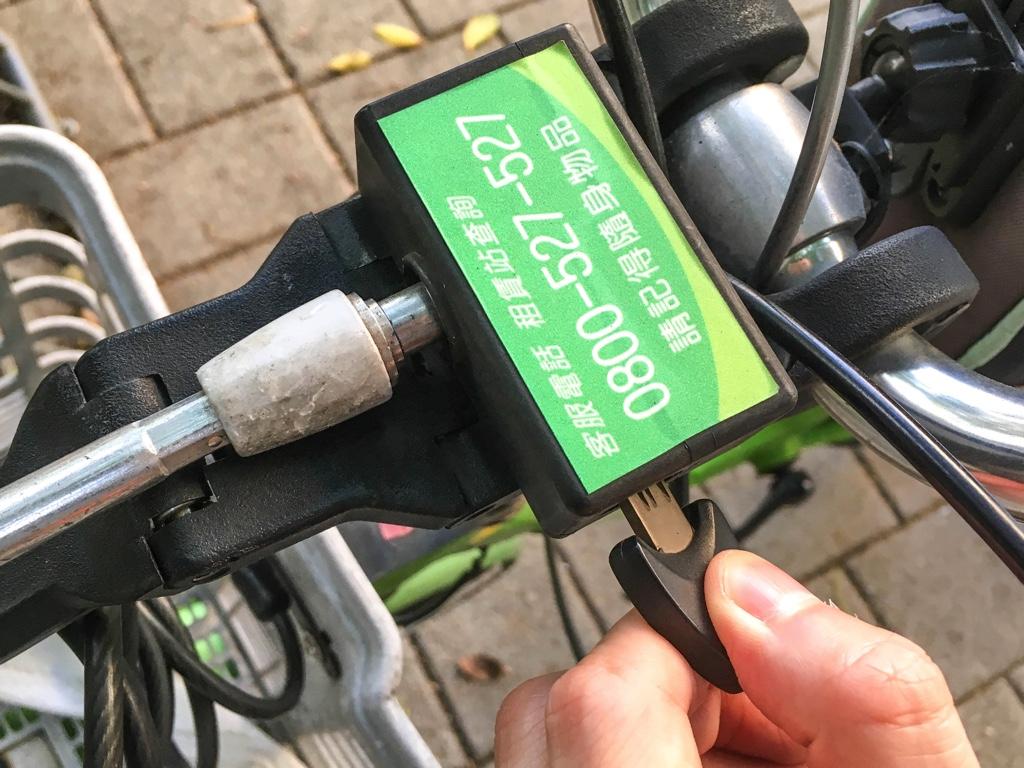 開錠のために差し込んだT-Bikeのカギ