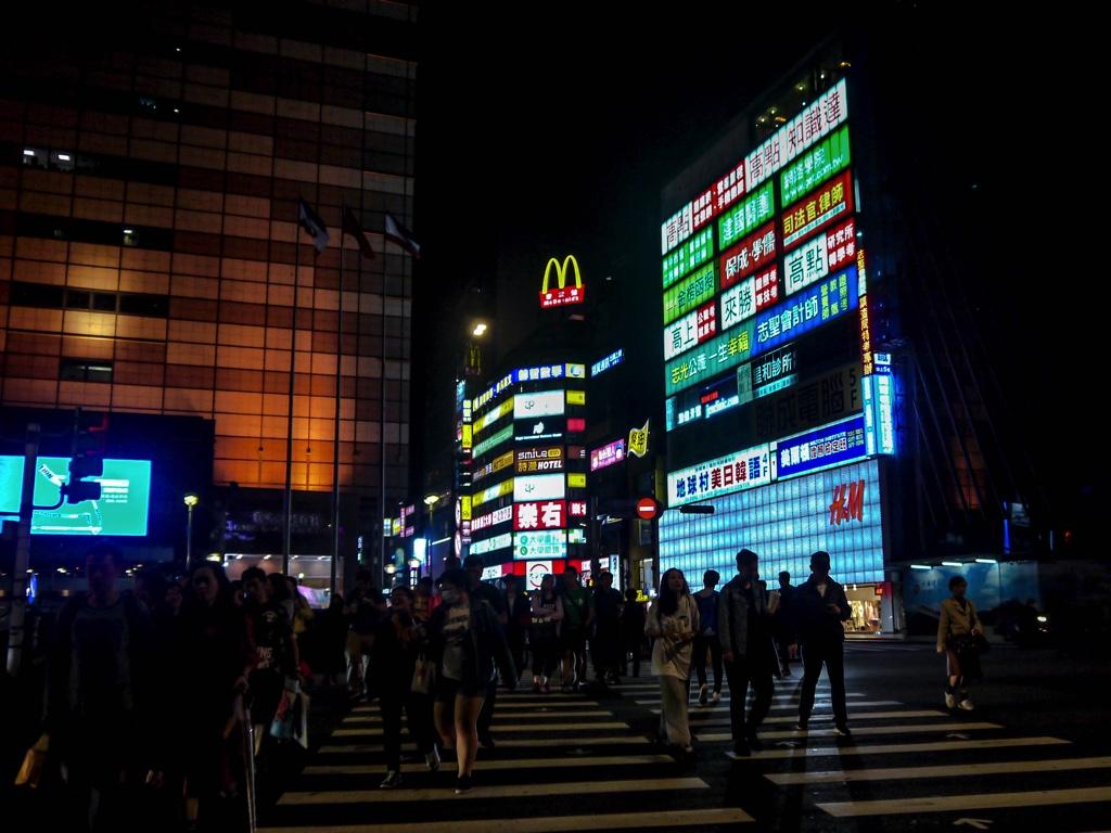 台北駅前の横断歩道