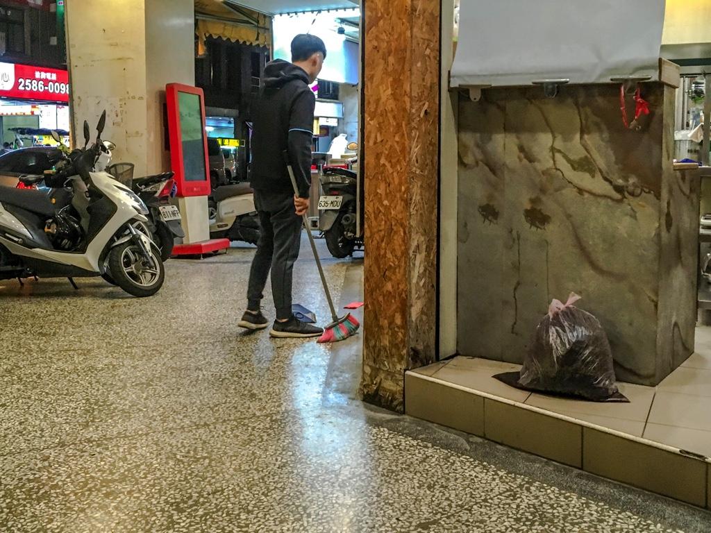 赤い封筒と対峙する台湾人のお兄さん