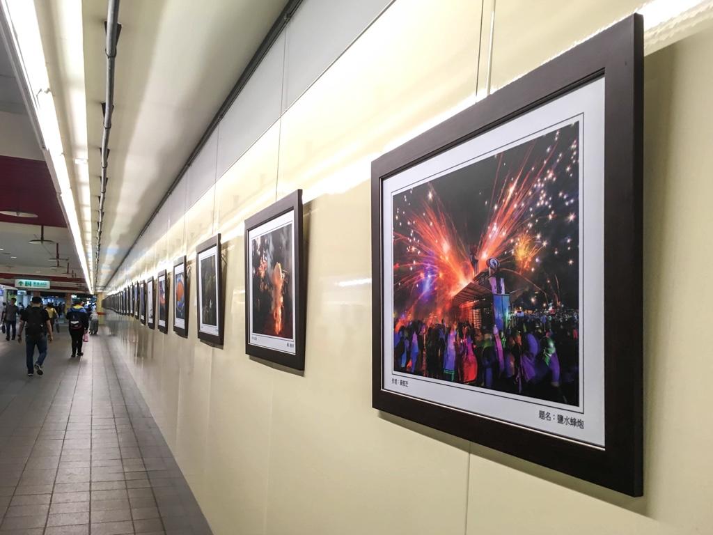 アートや写真作品が並ぶ通路