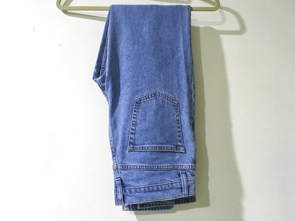裾上げをするデニムパンツ