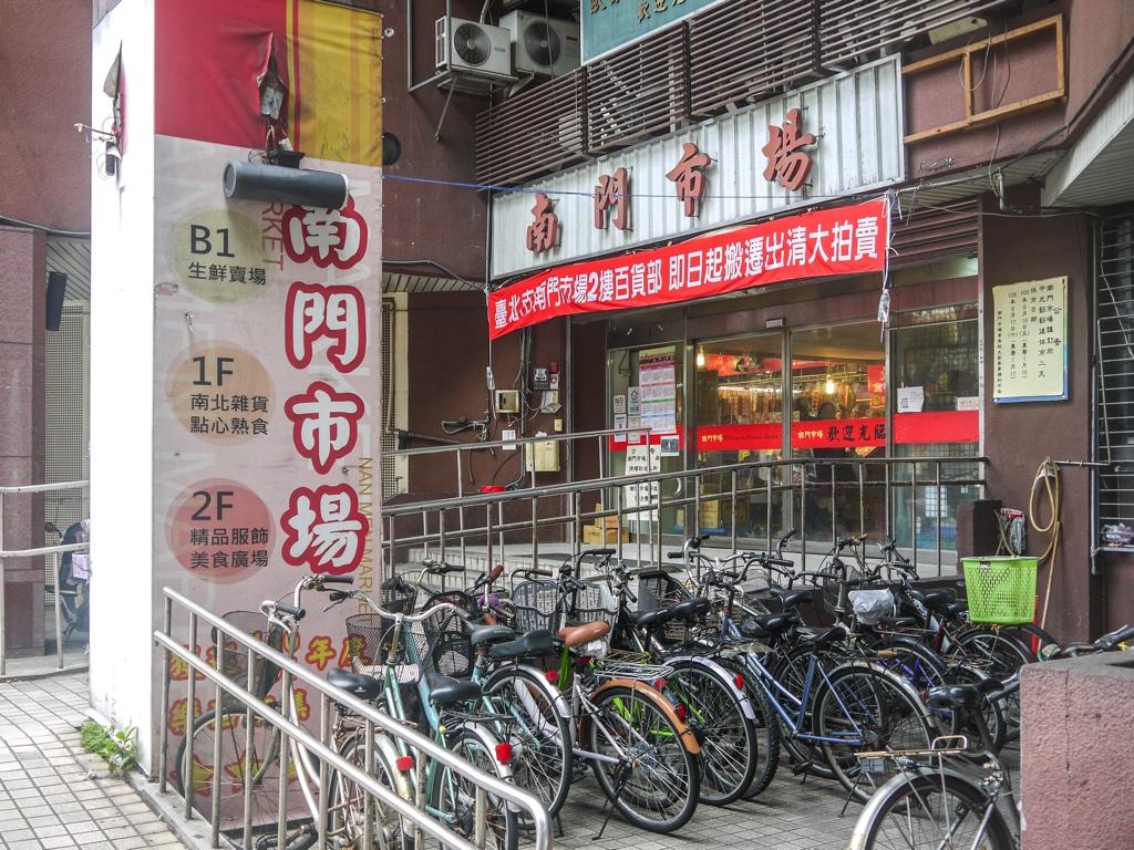 南門市場1階入口と駐輪場