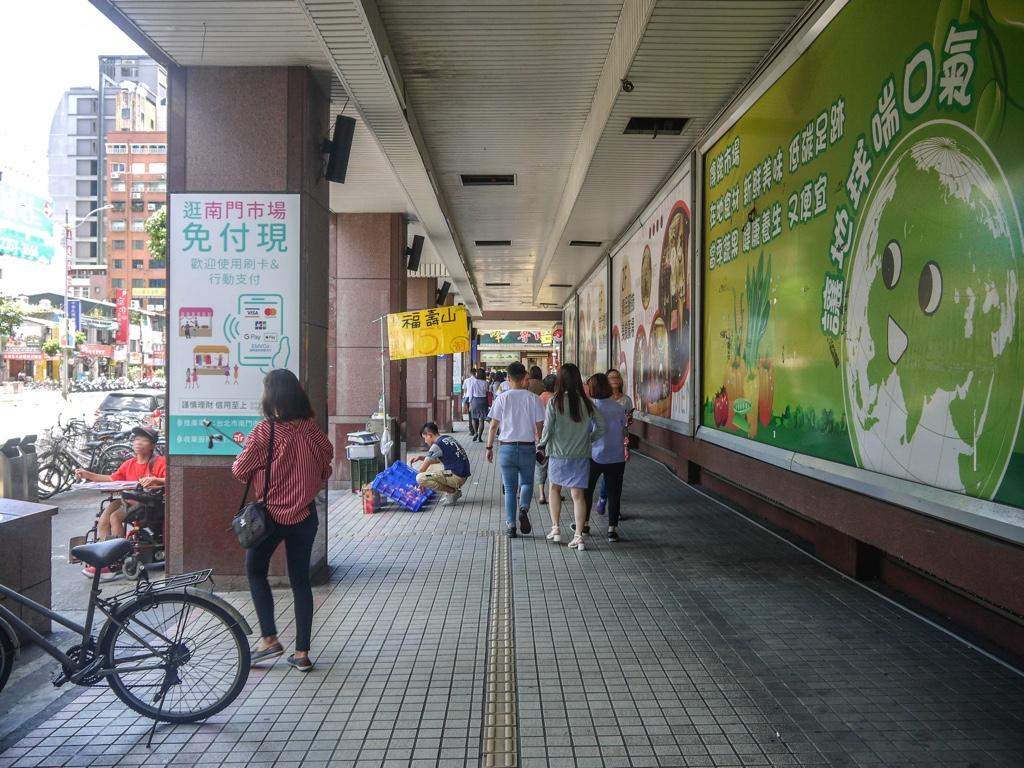 南門市場が入る建物の騎樓