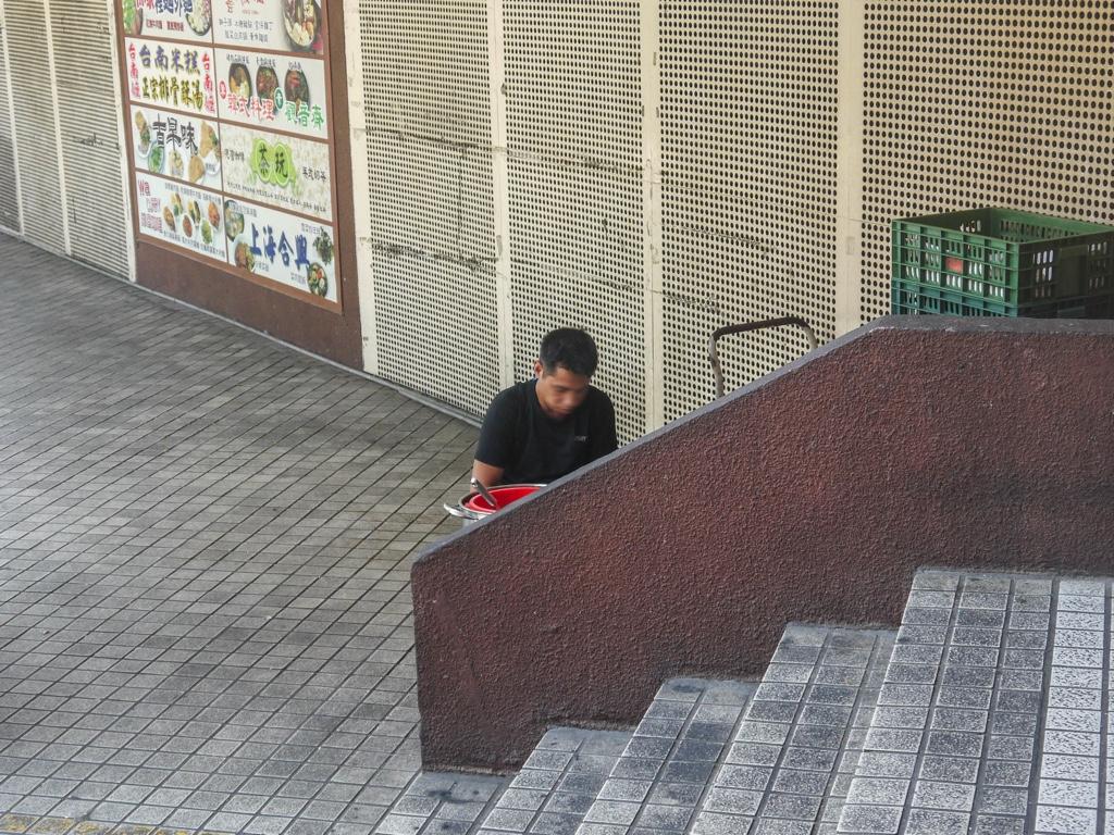 騎樓の隅で下ごしらえをする人