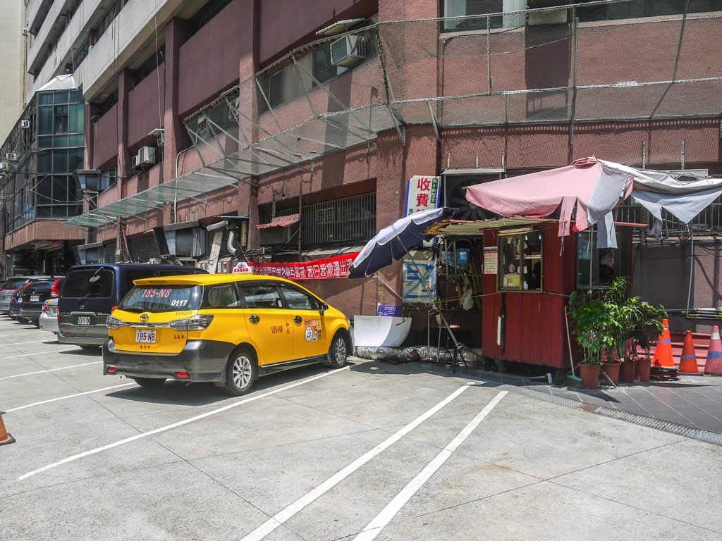 建物裏の駐車場