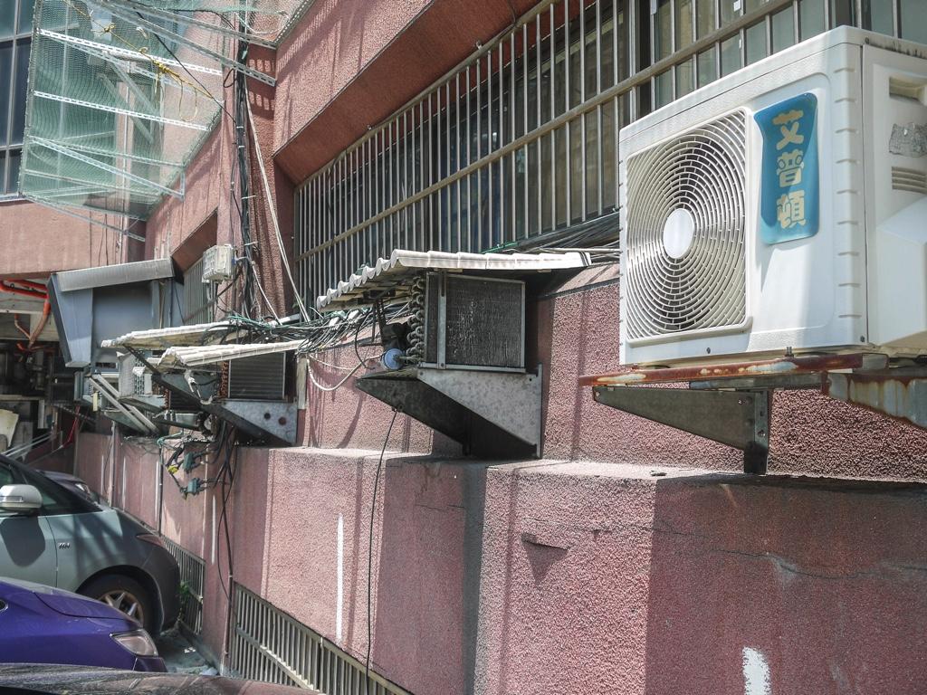 建物外壁に設置された室外機
