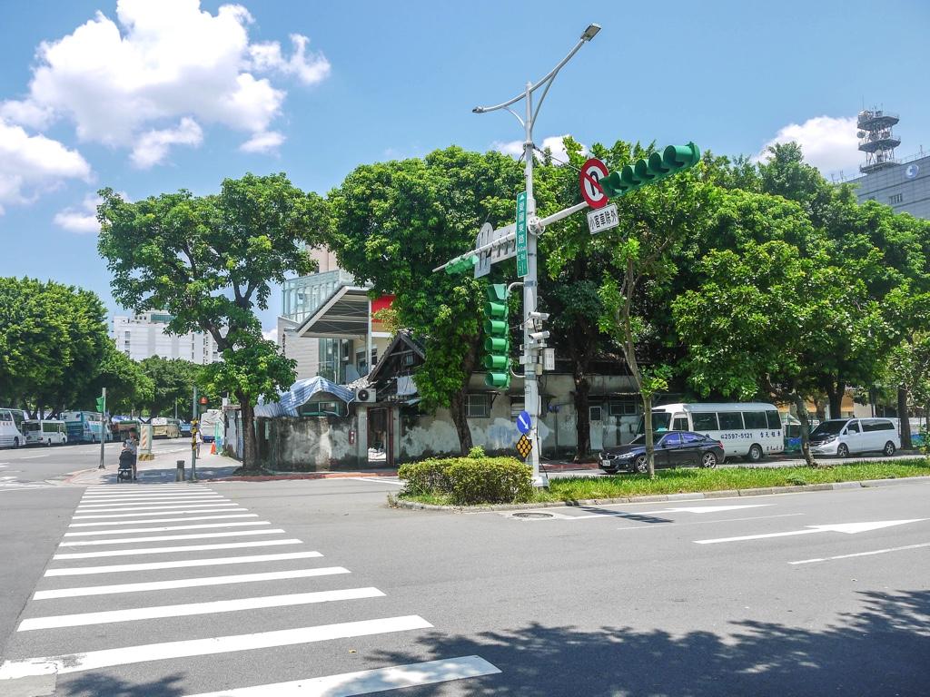 愛國東路と杭州南路二段の交差点
