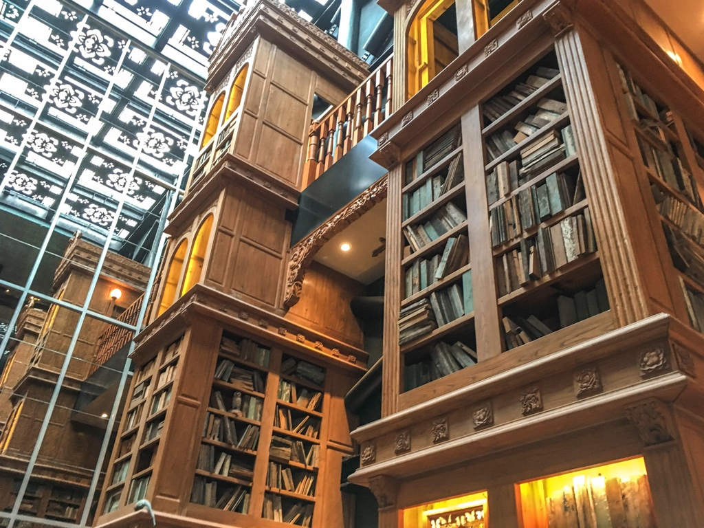 本棚風の巨大な装飾