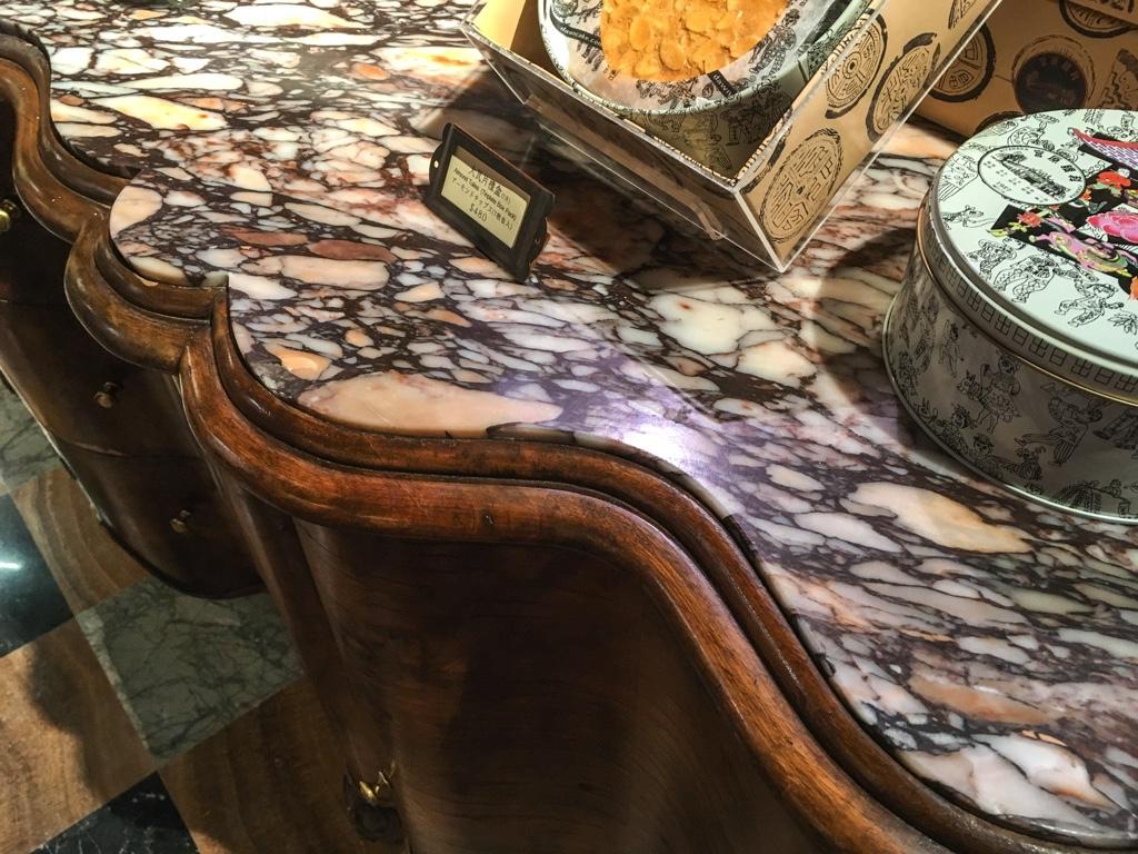 宮原眼科の商品陳列用テーブル