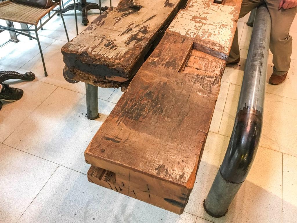 第四信用合作社の木のテーブル