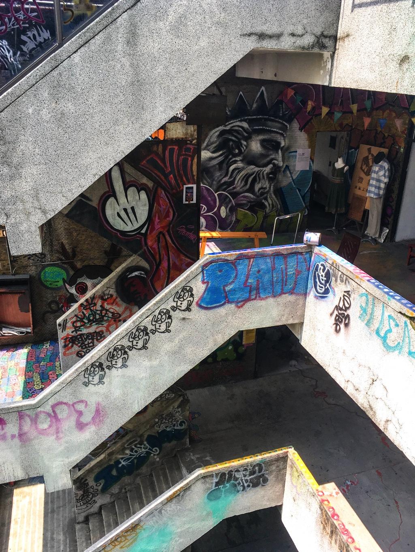千越大樓の階段に描かれたグラフィティ