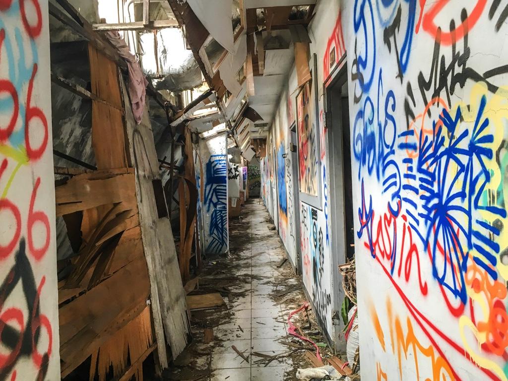 スプレーで彩られている朽ち果てた通路
