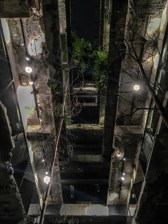 日が落ちた後のSOF Hotelの中庭