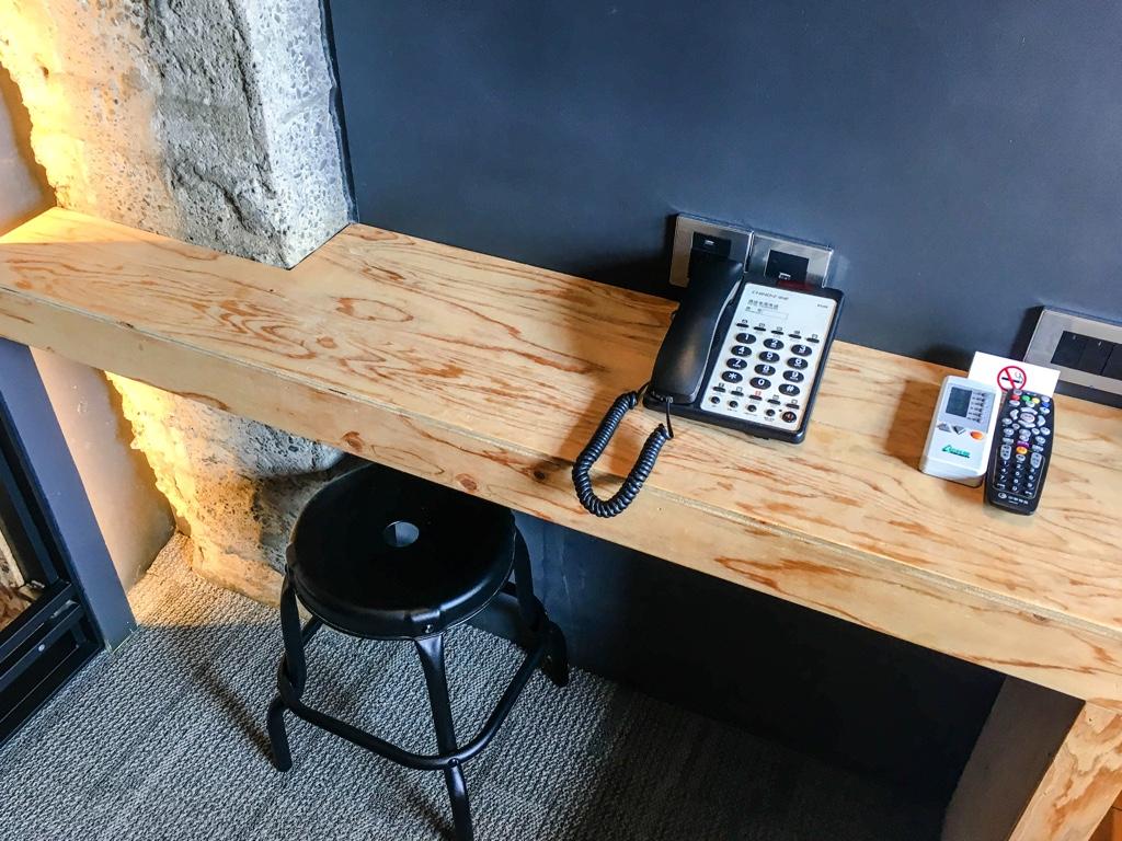 SOF Hotelのスタンダードダブルルームの作業机