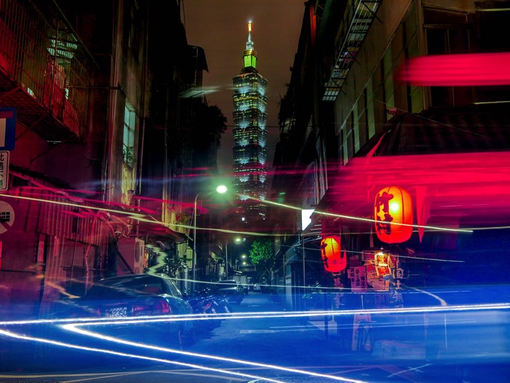 竹村居酒屋前を通る車の光跡を含めた写真