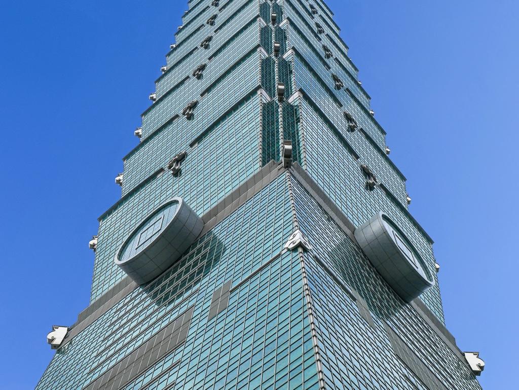 真下から見上げた台北101
