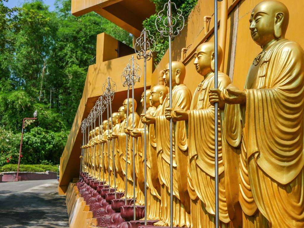 佛光山大佛成に並ぶ仏像