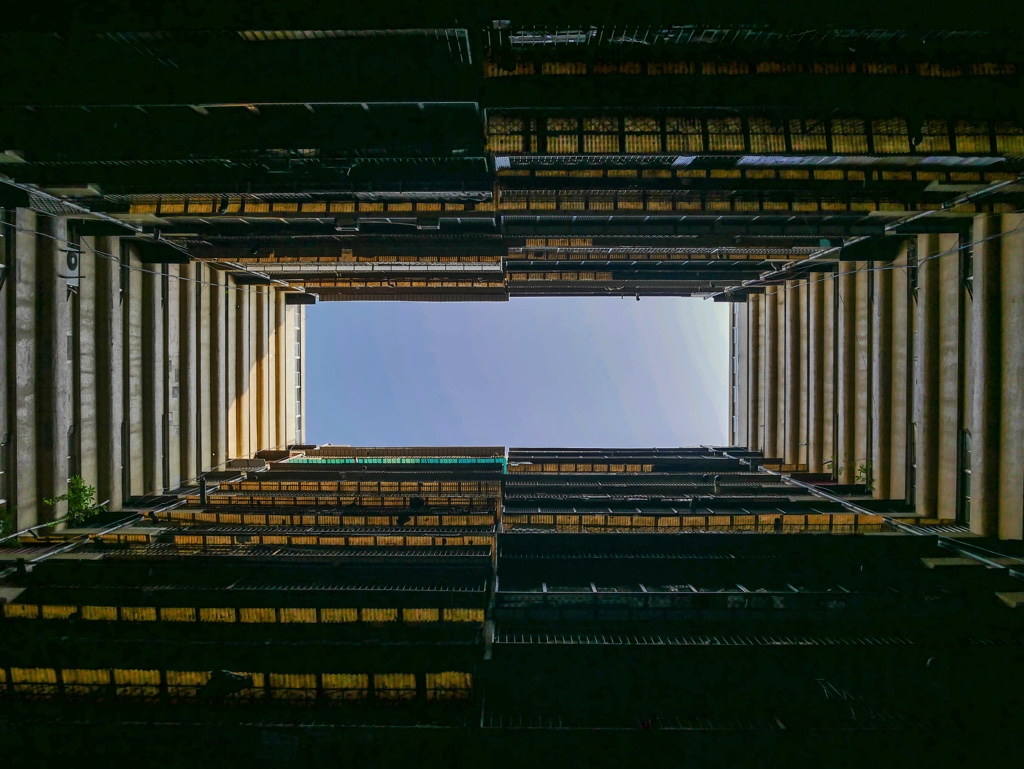 果貿社區5〜7号棟の1階駐車場から見上げた空