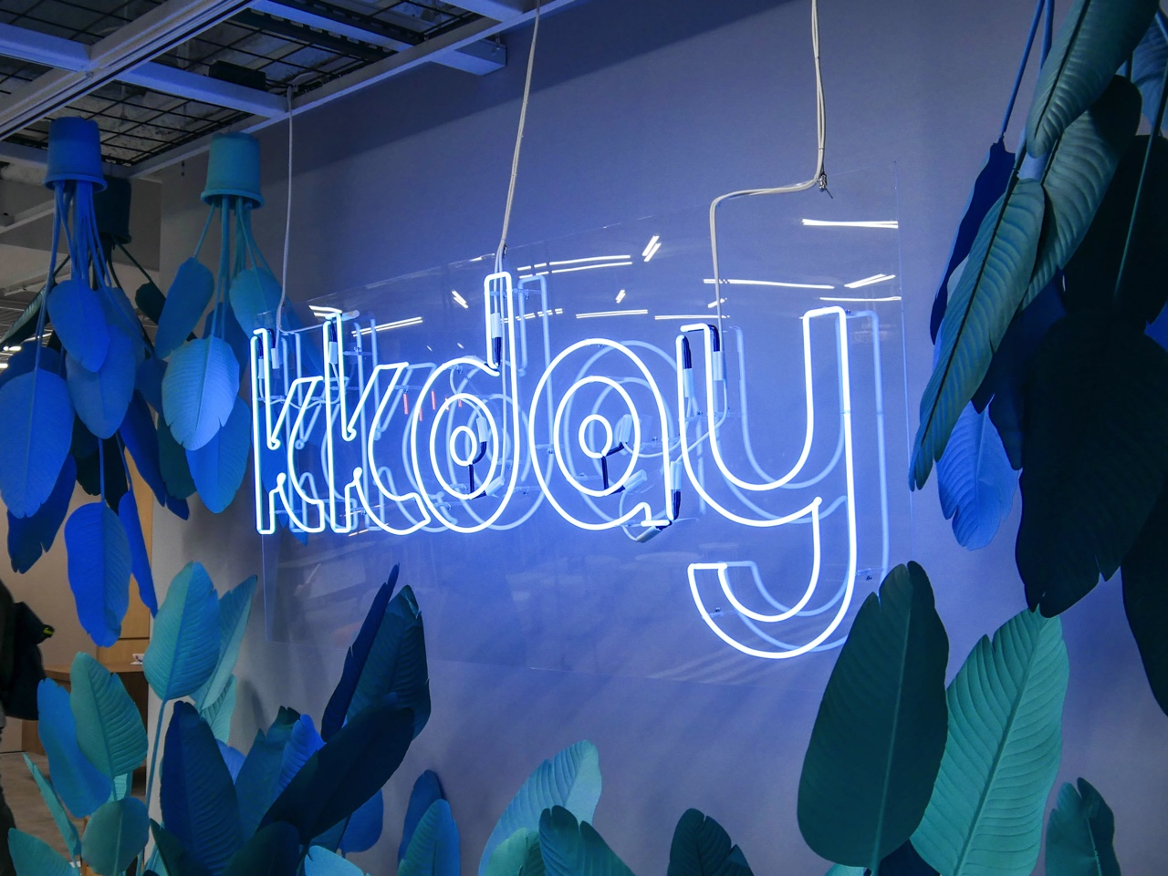 KKdayのネオンサインロゴ