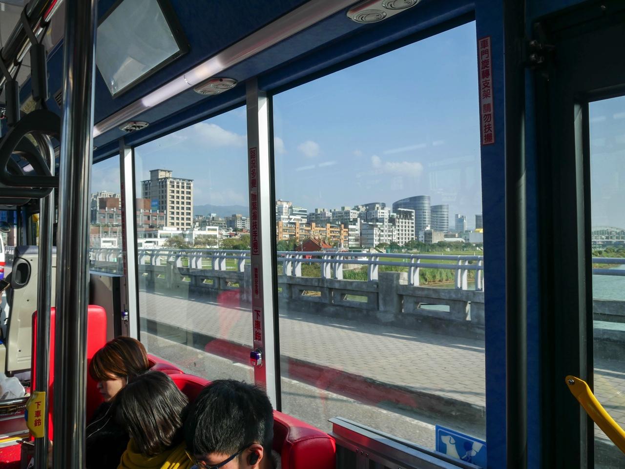 走行中のKKday社員専用送迎バスから見える景色