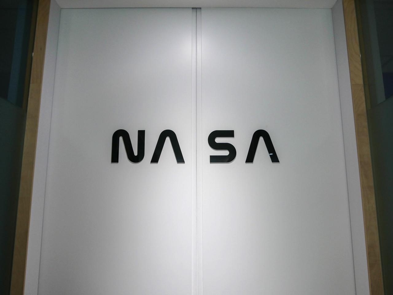 会議室NASAの扉