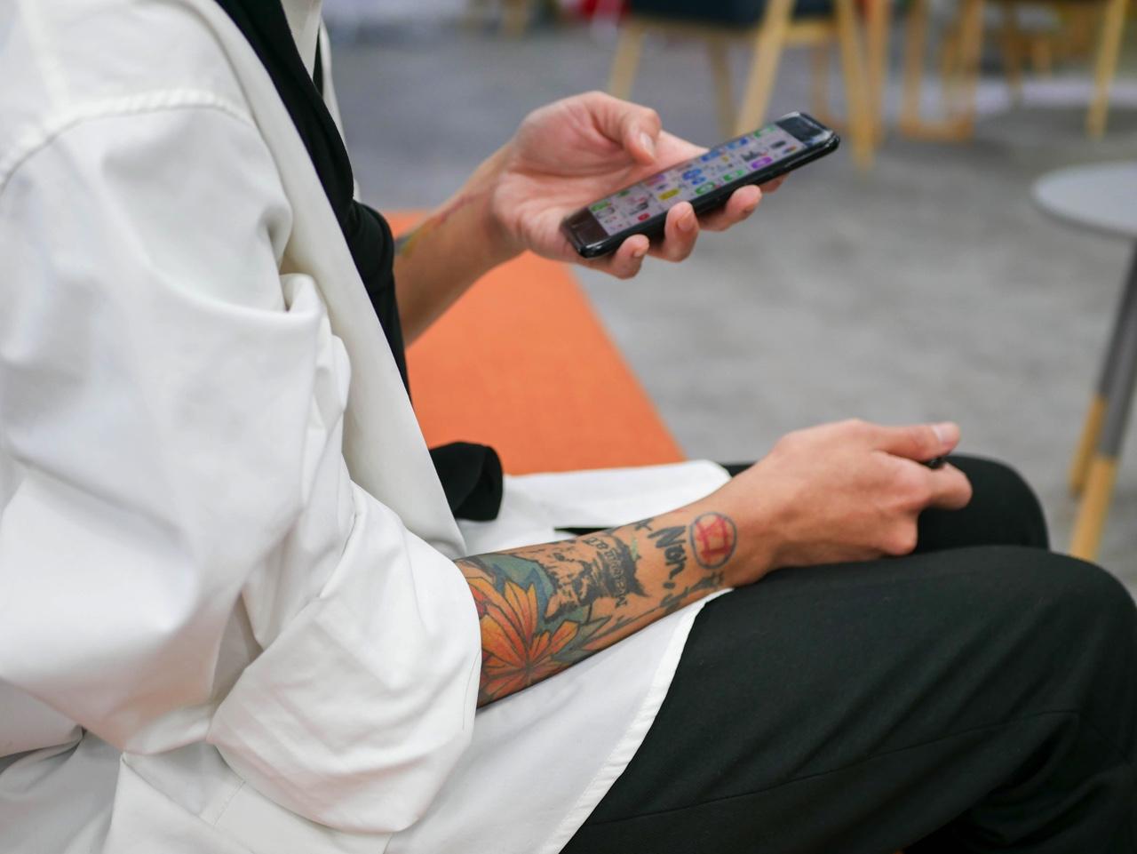 腕にタトゥーを入れたKKday社員さん