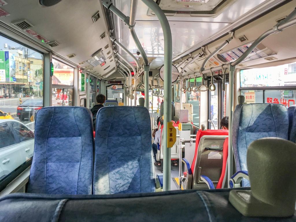 紅3路線のバス車内