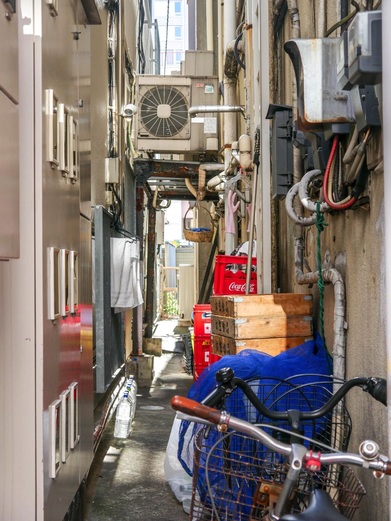 横浜中華街にある建物の隙間