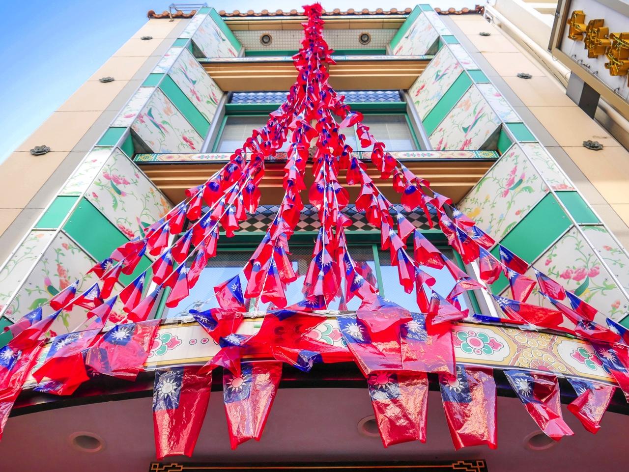 大量の中華民国国旗を外壁に束ねたお店
