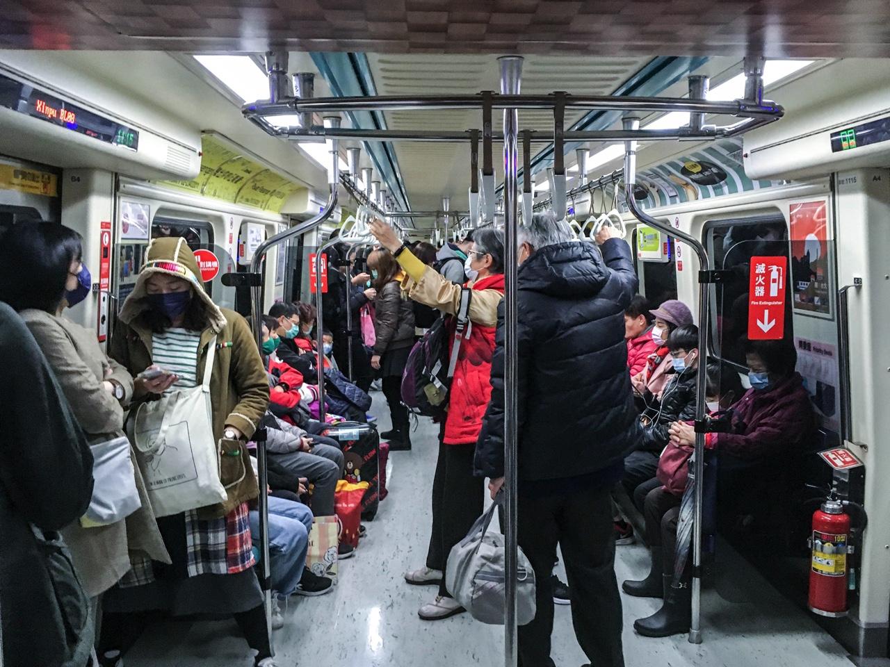 マスクを着用して台北MRTに乗る乗客