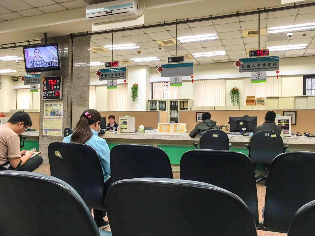 外國人申請案件カウンター前の待合スペース