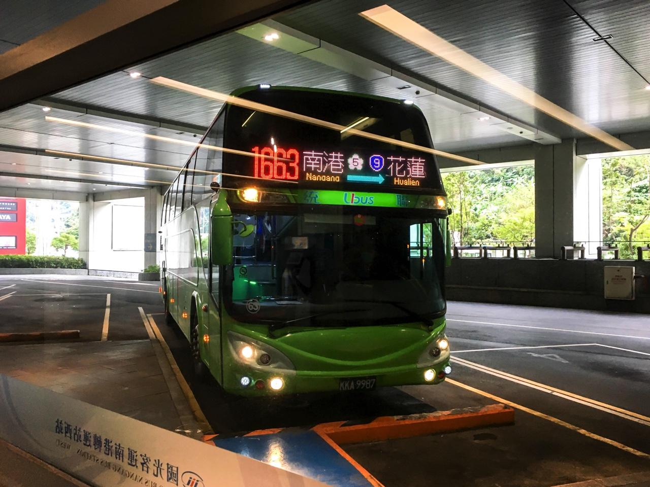 南バスターミナルに停車した統聯客運バス