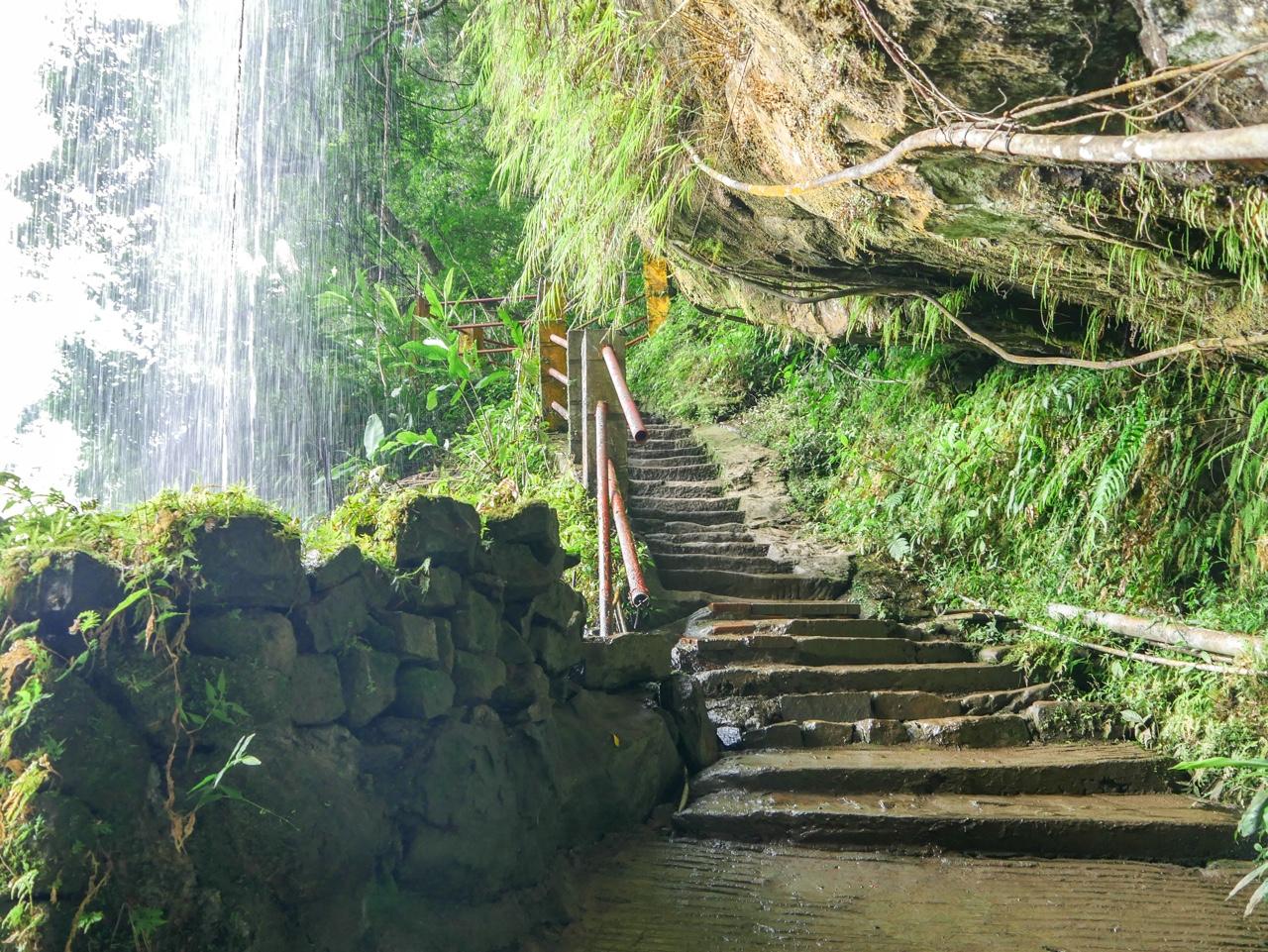 山壁の窪みにある階段