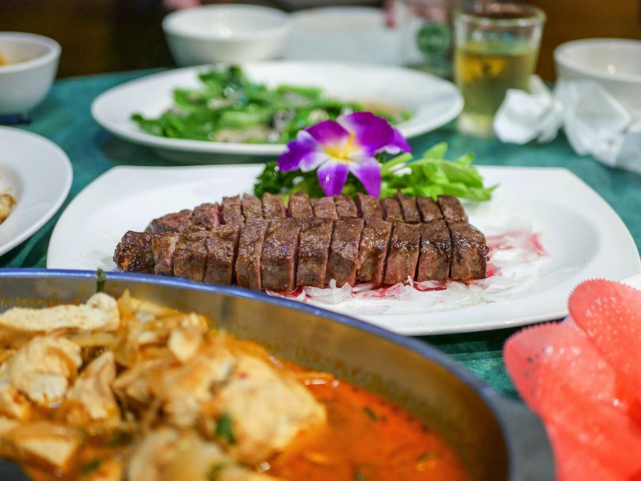 台湾のレストランでの食事風景