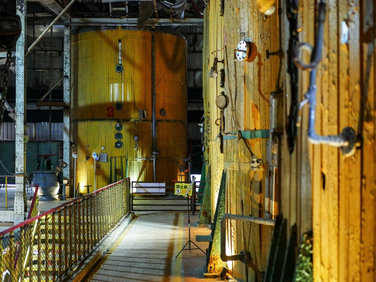 工場内に並ぶ巨大な設備