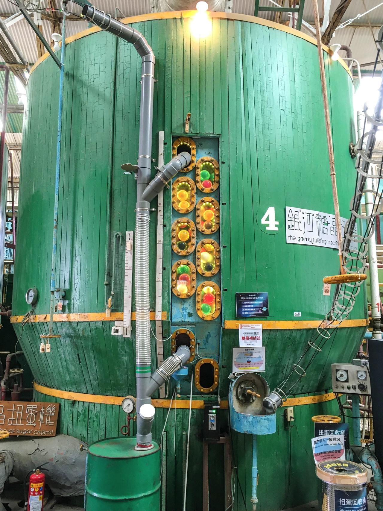 タンクを改造した巨大ガチャポン
