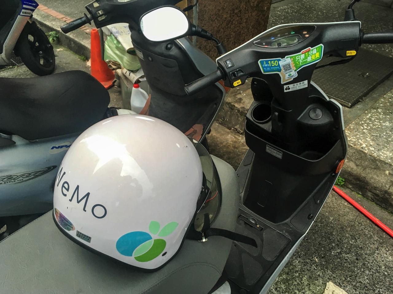 WeMoの車体とヘルメット