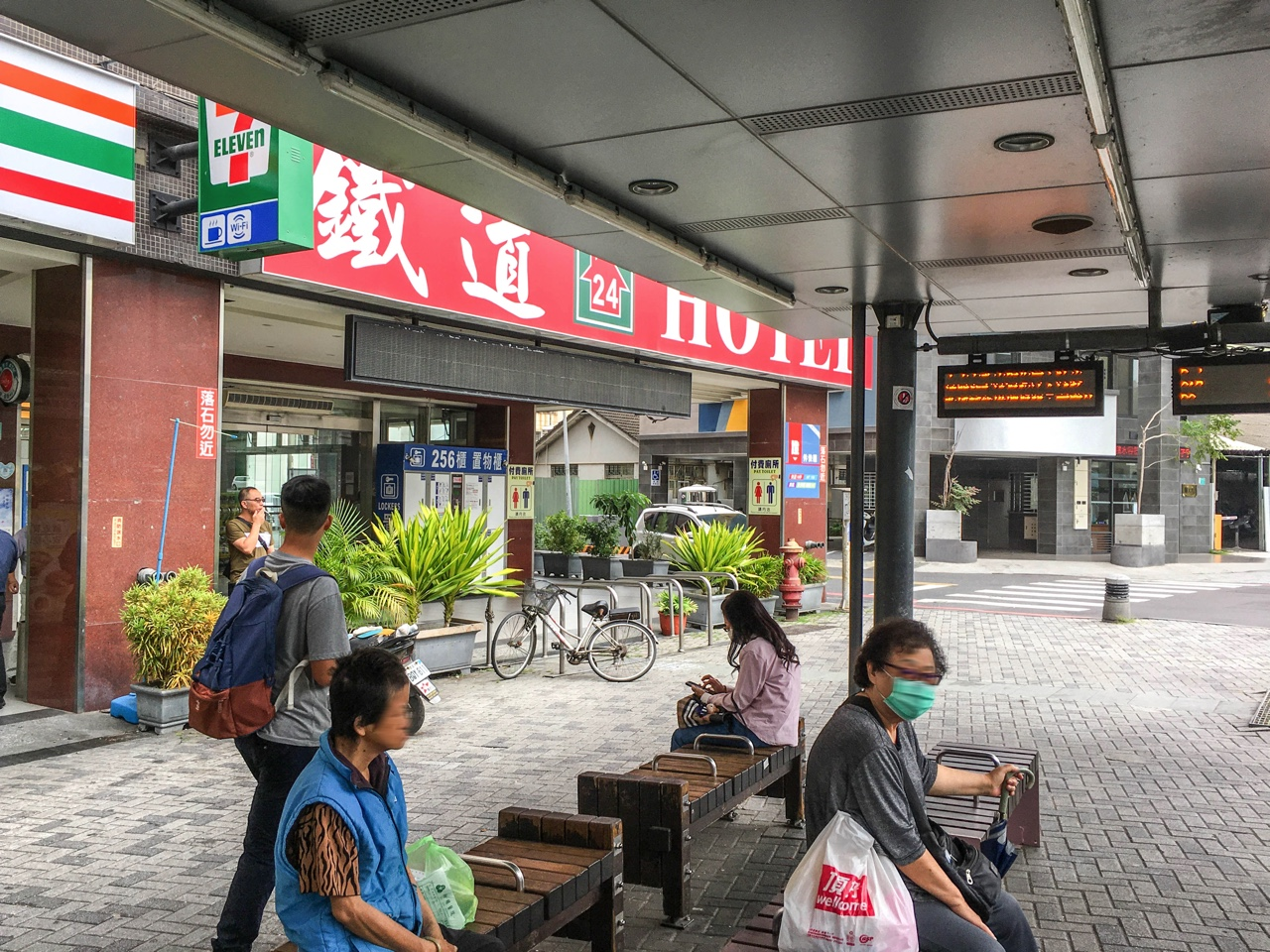 バス停台南火車站
